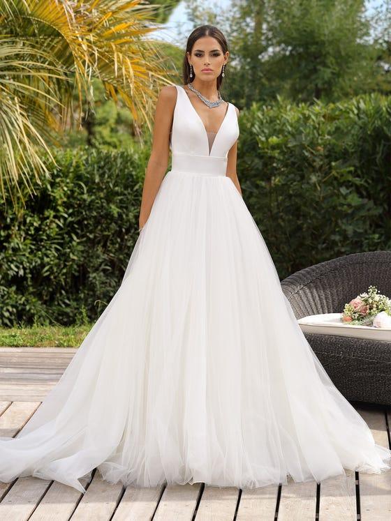 Vestido de novia princesa con escote de pico y sin mangas parte delantera