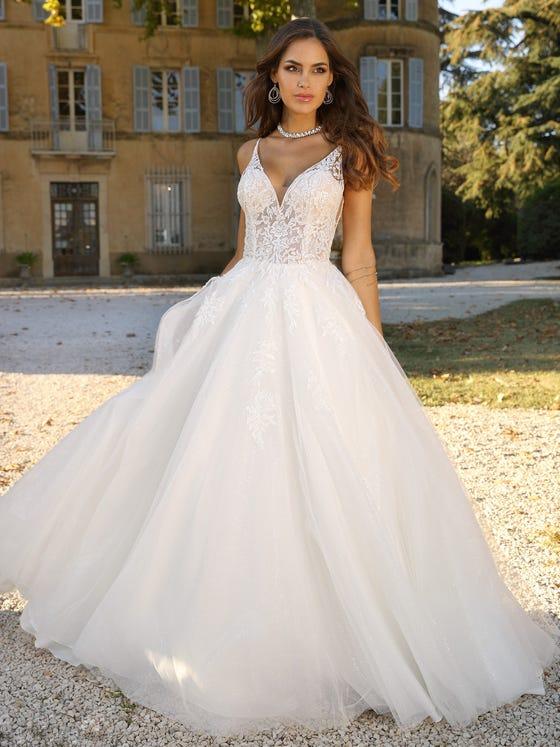 Vestido de novia princesa con escote de pico parte delantera