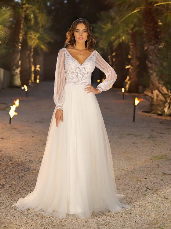 Vestido de novia corteena con escote de pico en tul parte delantera