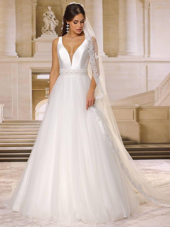 Vestido de novia corteena con escote de pico sin mangas parte delantera
